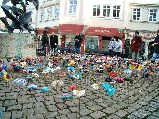 5000 crocheted flowers Plaza Gansemarkal in Herford, Germany