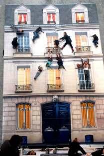 People-hanging-off-Batiment